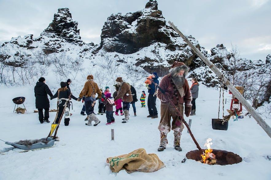 圣诞期间,北部的人们会在米湖黑色城堡穿上圣诞老人的服饰庆祝