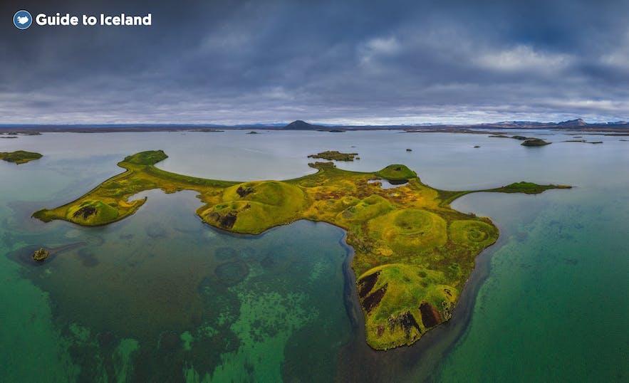 用飞行器从上空拍摄的冰岛北部米湖的假火山口