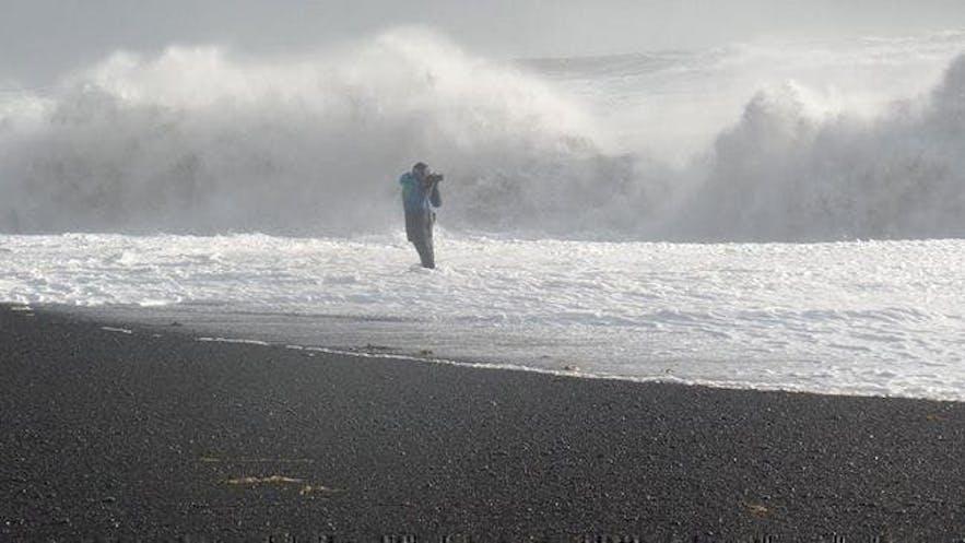 冰島遊客在黑沙灘危險的行為