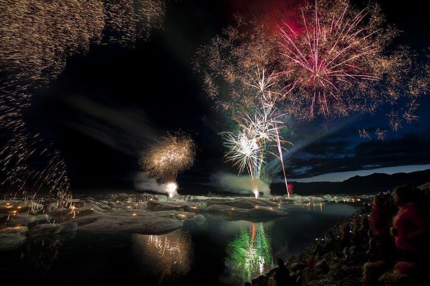 被焰火点染上绚烂色彩的杰古沙龙冰河湖