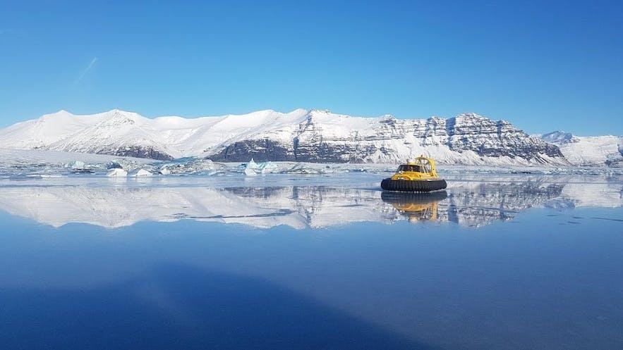 酷炫的冰河湖气垫船冬季时运营