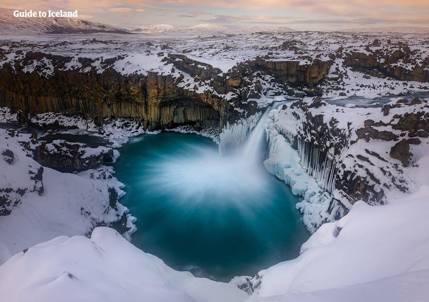 冰岛北部高地的阿尔德亚瀑布披着白雪的冬日美景