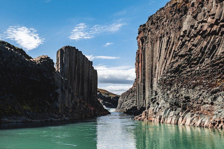 Stuðlagil峡谷是冰岛东部的一处小众景点,以壮观的六棱玄武岩石柱墙而闻名