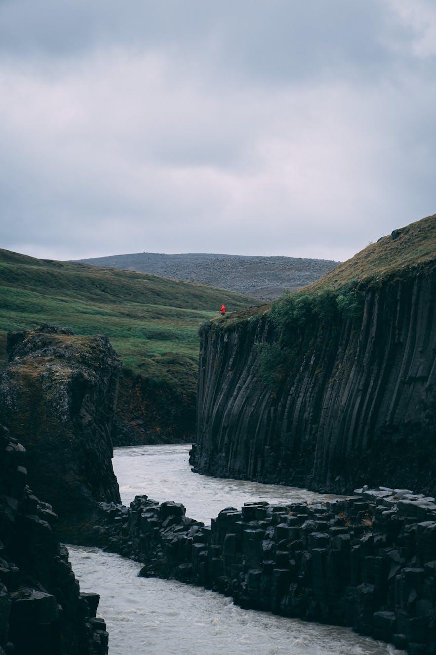 许多鸟类夏季时会在冰岛东部的Stuðlagil峡谷旁筑巢栖居