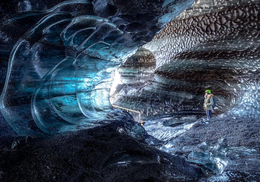 黑白交融的卡特拉火山冰洞