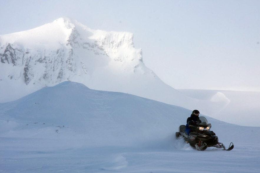 ラングヨークトル氷河の上でスノーモービル体験