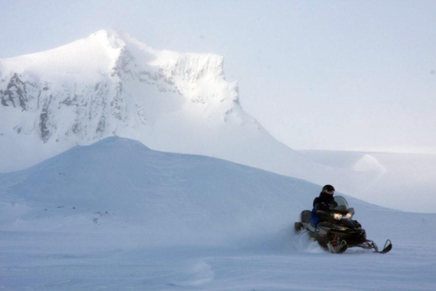 在冰岛的朗格冰川玩冰原摩托