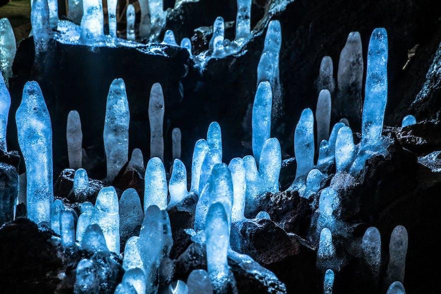 Viðgelmir cave has vast, colourful spaces.