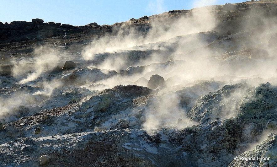 Seltún geothermal area - the hot spring Pínir