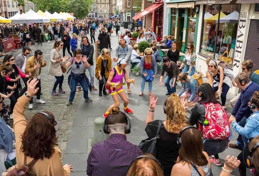 热闹的雷克雅未克艺术节每年都会吸引无数观众