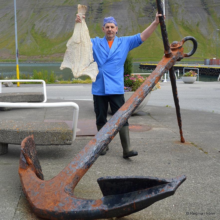 The fishmonger in Ísafjörður holding up a salted fish