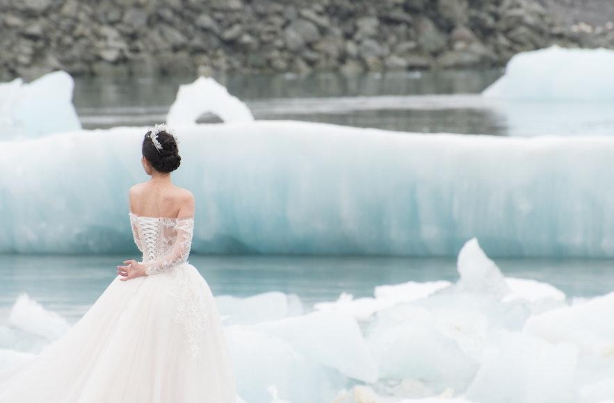 A stunning wedding photo at Jokulsarlon.