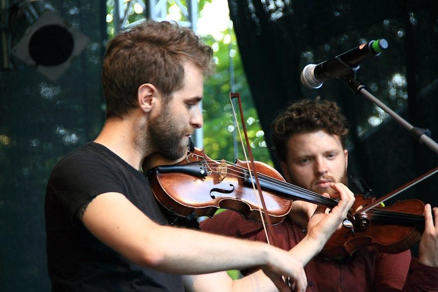 The artists of Árstíðir all play instruments.
