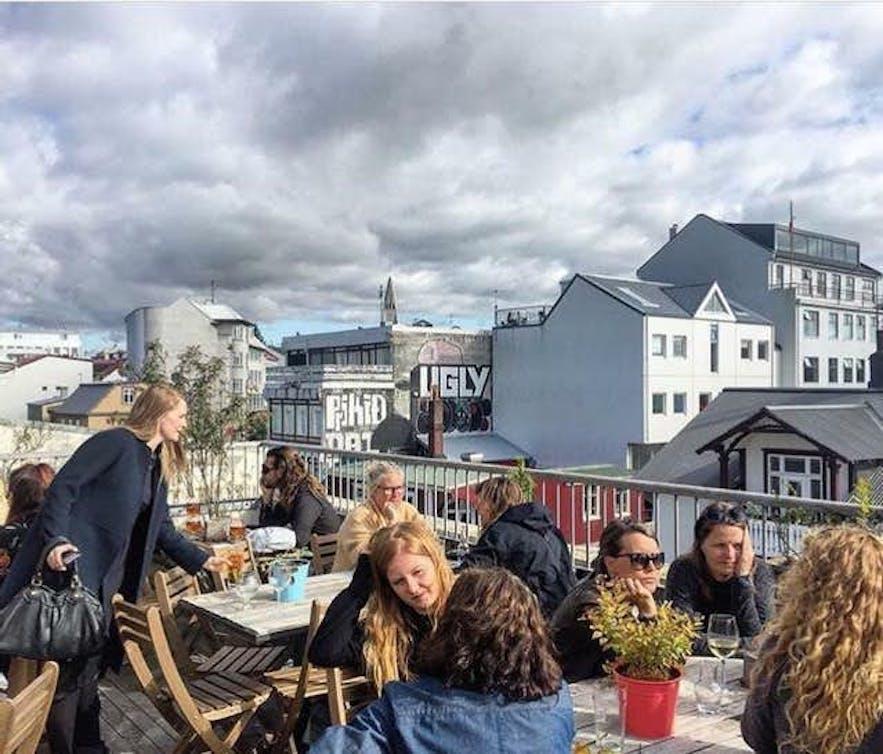 雷克雅未克阁楼HI旅舍(Loft HI Hostel)带有一个酒吧阳台,是结识新朋友的好去处