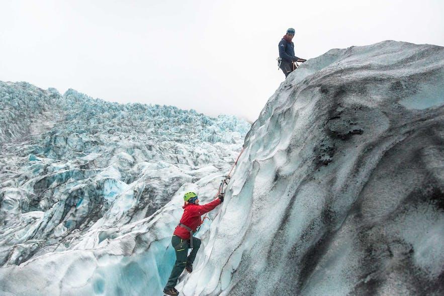 冰岛攀冰的难度相比冰川徒步而言更大一些