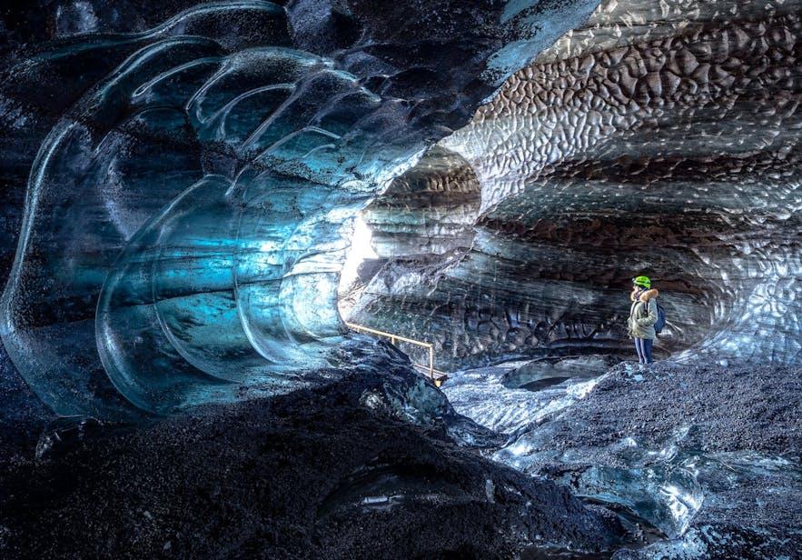 卡特拉火山冰洞因其神秘的黑色而被称作黑冰洞
