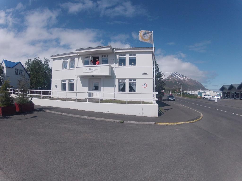 Dalvik Hostel Gimli is a white building.