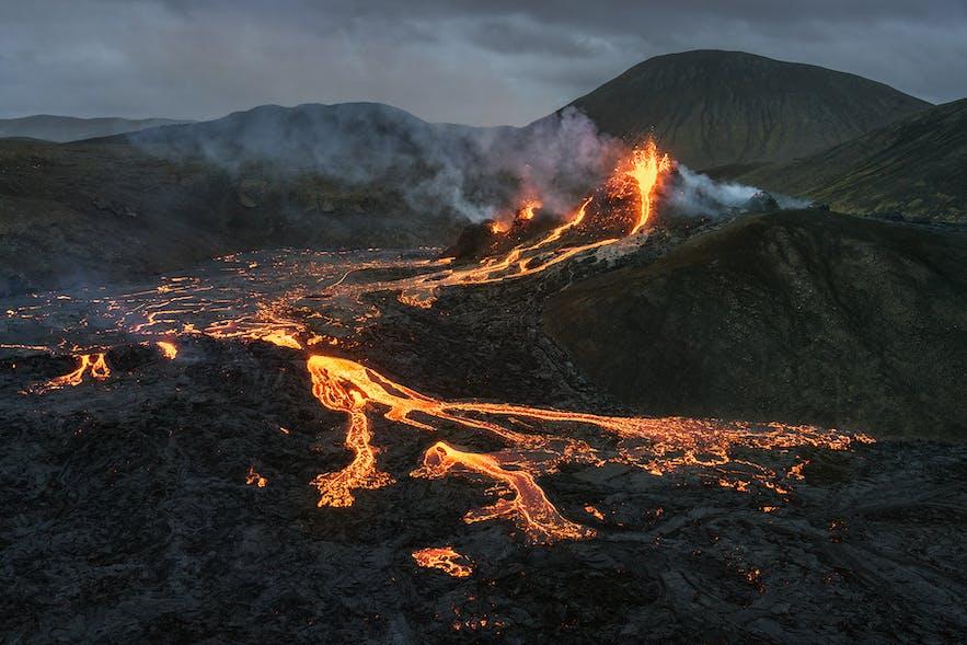 高空俯瞰冰岛Geldingadalur山谷的法格拉达尔火山爆发