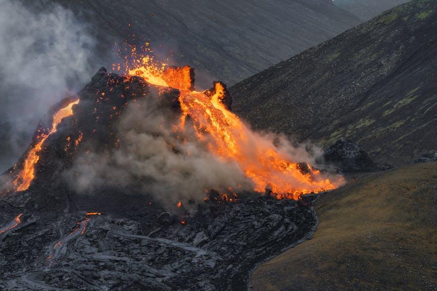 岩浆从冰岛Geldingadalur山谷法格拉达尔火山口涌出