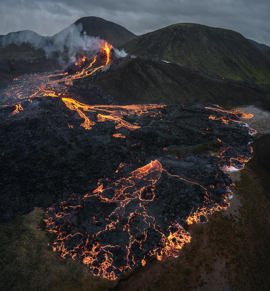 Geldingadalur山谷的火山岩浆将黑色熔岩撕裂开来