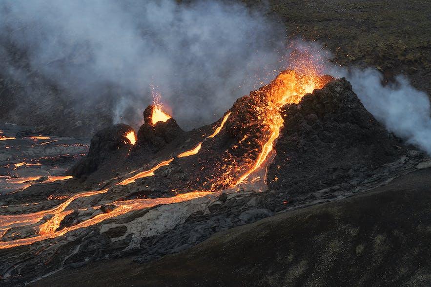 滚烫的岩浆从法格拉达尔火山喷涌而出