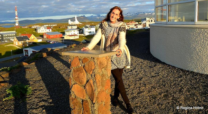Regína by the view-dial at Bókhlöðuhöfði in Stykkishólmur