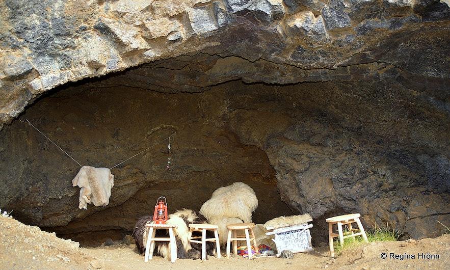 Jólasveinahellirinn cave at Hallarflöt Dimmuborgir