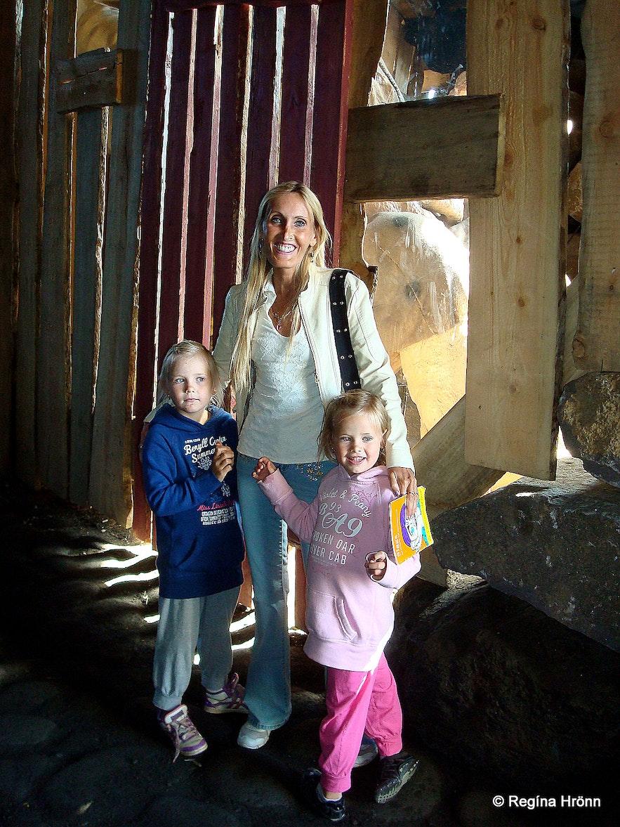 Regína with her nieces in Skessuhellir