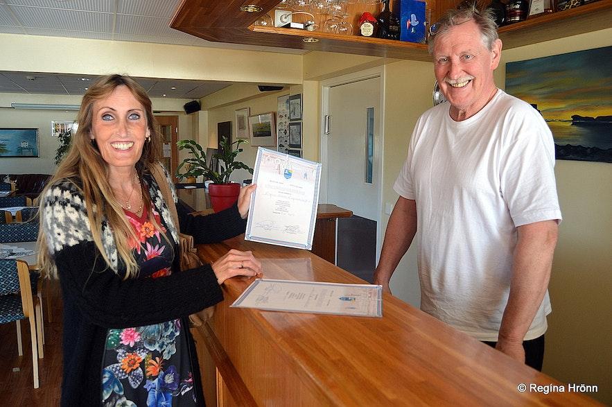 Regína receiving a certificate at Hotel Norðurljós