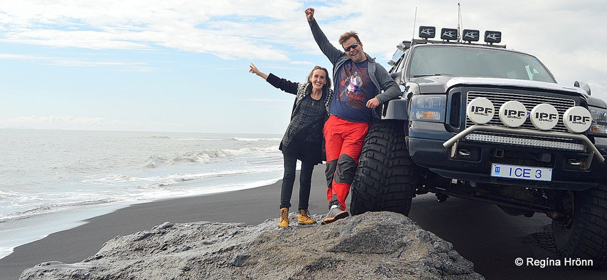 Regína with the tour guide on the black beach