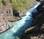 Die dunkle Schlucht ergibt zusammen mit dem blauen Wasser der Jökulsá in Nordisland ein tolles Bild.